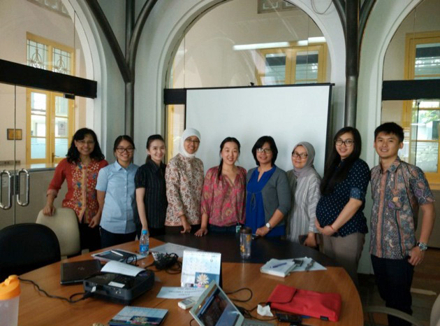 Dr. Lin visits the Ejikman Institute for Molecular Biology in Jakarta.
